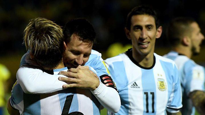 Lionel Messi umarmt Lucas Biglia unter den Augen Angel Di Marias nach seinem Tor zum 3:1 für Argentinien.