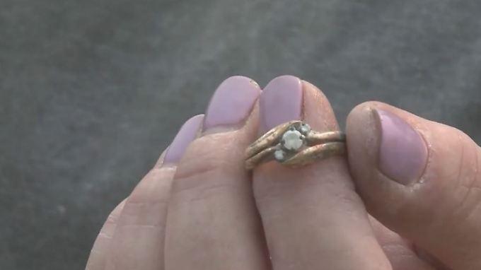 Waldbrand zerstört Haus: Kalifornisches Paar gräbt in Staub und Asche nach Ehering