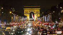 Dichter Verkehr auf der Avenue de Champs Élysées.