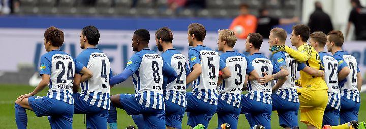 Solidarität mit US-Sportlern: Hertha geht gegen Trump auf die Knie