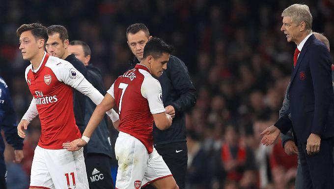 Neulich beim 2:0 gegen West Bromwich Albion:  Arsène Wenger bringt Mesut Özil und nimmt Alexis Sanchez heraus.