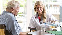 Die meisten Pflegebedürftigen werden zu Hause betreut. Doch nicht alle Versicherungen sind dafür geeignet.