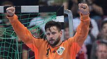 Hannovers Keeper Martin Ziemer freut sich über einen gehaltenen Ball.