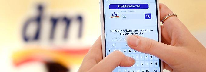 Digital-Boom im Drogeriemarkt: Bei dm gibt's Smartphones für alle Mitarbeiter