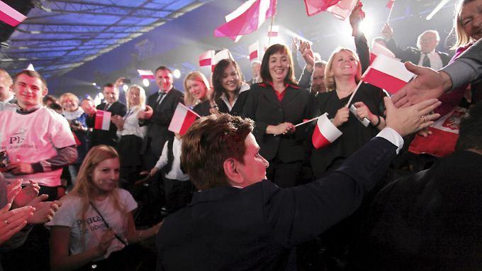 Polens Präsidentin Beata Szydlo nimmt ein Bad in der Menge.