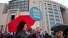 Großer Andrang zum Auftakt: Steudtner-Prozess beginnt unter Protesten