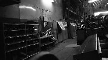 Eigentlich ist das Fotografieren in Werkshallen wie diesen streng verboten. Doch Reinhard Krause hat als 20-Jähriger seine Kamera immer in der Tasche - auch auf dem Weg zur Frühschicht in die Hallen der Krupp-Werke in Essen.