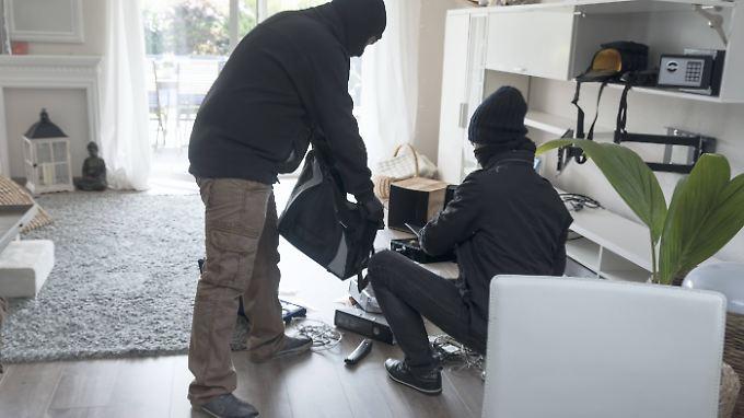 Einbrecher kennen die einschlägigen Verstecke. Wertsachen sollten deshalb im Tresor lagern. Am besten in einem guten.