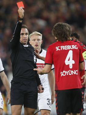 Knackpunkt: Tobias Stieler zeigt Caglar Söyüncü die Rote Karte.