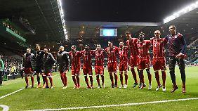Hüpf vor Glück: die Bayern-Profis nach Spielende.