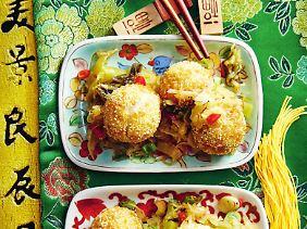 Mehr Yin und Yang auf dem Teller geht nicht: Süsse Sesambällchen auf sauer-salzigem Gemüse.