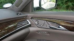 Leder, Sichtkarbon und Holzintarsie: Materialien, die man sich in einem Premiumauto wünscht.