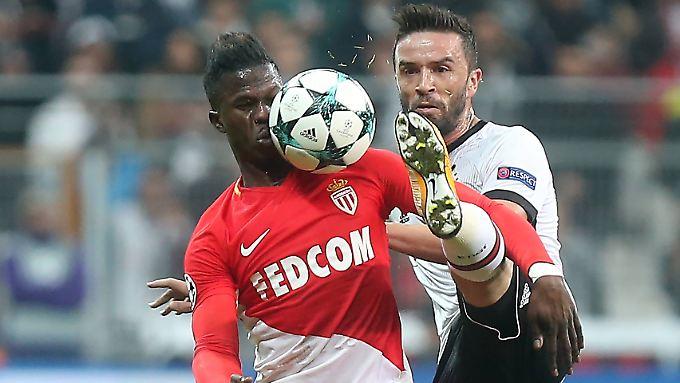 Absolut fokussiert: Monacos Keita Balde und Gokhan Gonul von Besiktas.