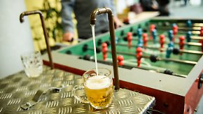 Neue Ideen auf der Erfindermesse: Hobbytüftler präsentiert Tischkicker mit Bierzapfanlage