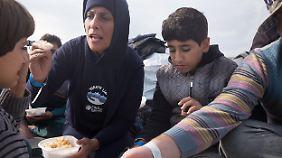 """Vier Tage ohne Essen in einem Schlauchboot, ein Junge aus Palästina bekommt das geschmacklose Reisgericht an Bord der """"Mecklenburg-Vorpommern"""" trotzdem kaum runter."""