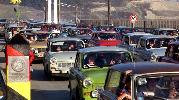 Kilometerlange Trabant-Kolonnen rollten nach dem Mauerfall nach Westen.