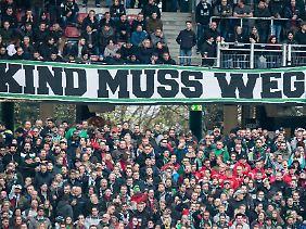 Zahlreiche Fans von Hannover 96 wünschen sich von ihrem Verein, den bei der DFL von Klubboss Martin Kind gestellten Antrag auf Erteilung einer Ausnahmeregelung von der 50+1-Regel zurückzunehmen.