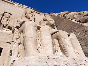 Kolossale Ramses-Statuen zieren den Felsentempel von Abu Simbel. Die Anlage wäre fast in den Fluten des Assuan-Stausees verschwunden, ein deutschesFirmenkonsortium siedelte denmächtigen Tempel kurzerhand um.