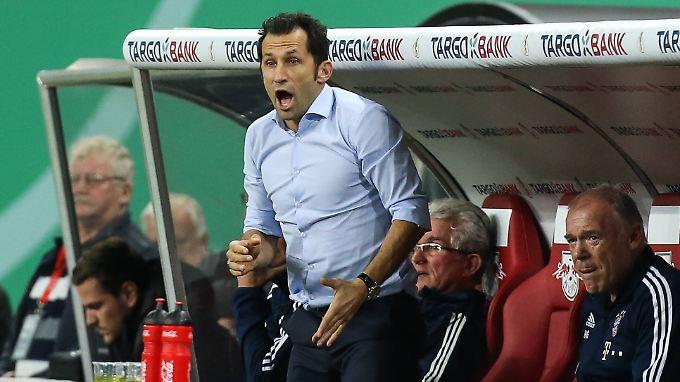 Während Jupp Heynckes ruhig auf der Bank sitzt, tobt sich Hasan Salihamidzic an der Linie aus - er lebt den Fußball nach wie vor.