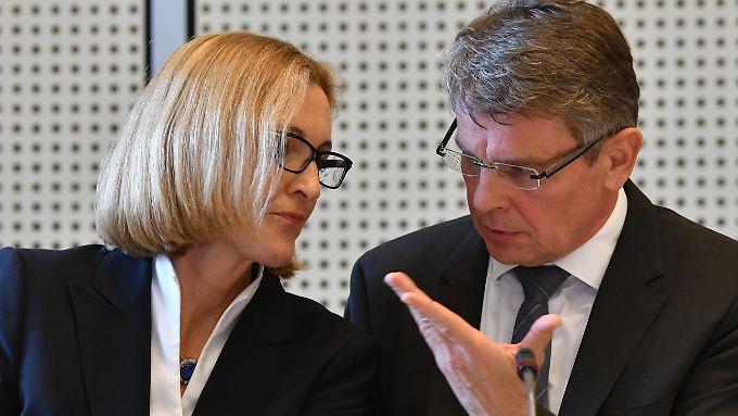 Polizeipräsident Kandt und seine Stellvertreterin Koppers äußern sich vor dem Innenausschuss.