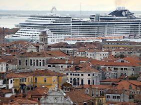 Kreuzfahrtschiff in Venedig - die Stadt wird geradezu überrannt von Touristen, fast ganzjährig.