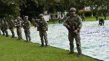 Soldaten bewachen das beschlagnahmte Kokain.