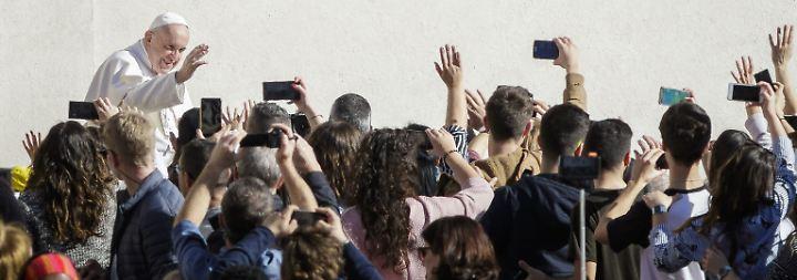 """""""Die Messe ist kein Spektakel"""": Papst empört sich über Handys im Gottesdienst"""
