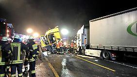 Bei dem schweren Unfall auf der A3 kamen drei Menschen ums Leben. Gaffer filmten die Bergung der Leichen.
