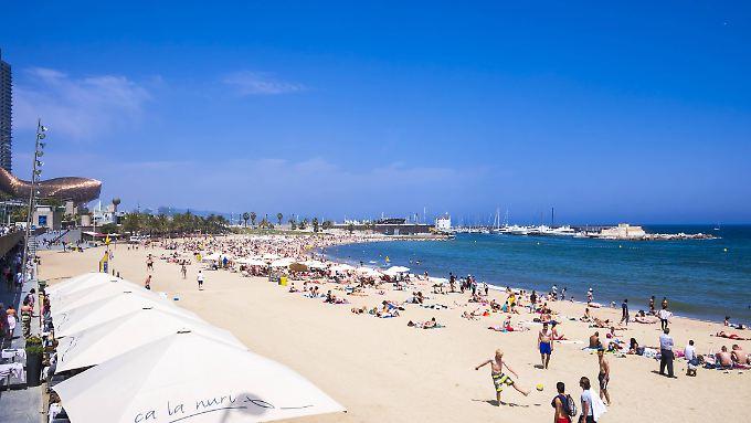 Am Strand in Barcelona: Trotz Anschlag lassen sich Urlauber hier die Stimmung nicht verderben.