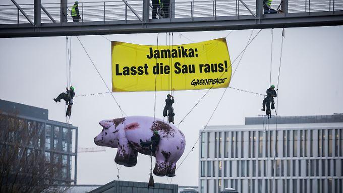 Aktivisten protestieren im Berliner Regierungsviertel gegen Jamaika.