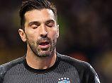 Italiens Torwart-Legende Gianluigi Buffon kann es nicht fassen: Italien unterliegt Schweden.