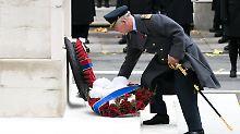 Kranzniederlegung in London: Elizabeth lässt Charles den Vortritt