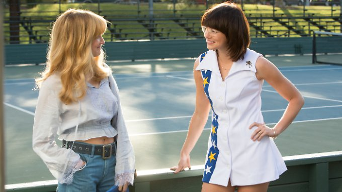 "Emma Stone (r.) spielt in ""Battle of the Sexes"" die Tennisspielerin Billie Jean King."