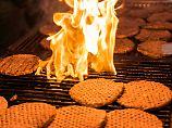 Burger-Fleisch brutzelt auf einem Grill. Ein dauerhafter Fastfood-Konsum kann auch bei Normalgewichtigen das Diabetes-Risiko erhöhen.