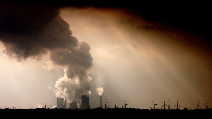 Die Schornsteine von Kohlekraftwerken wie hier bei Bergheim müssten zwischen 2050 und 2070 aufhören zu qualmen, damit die Klimaziele noch erreicht werden können.