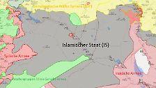 Graue Gebiete werden vom IS kontrolliert, rote Zonen von staatlichen Armeen, also der syrischen oder der irakischen Armee. Gelbe Gebiete sind unter Kontrolle der Syrischen Demokratischen Kräfte (SDF), ein von Kurden angeführtes Bündnis. Grüne Zonen sind unter Kontrolle der Rebellen. Die Seite ualivemap.com dokumentiert die Frontverläufe. Ihre Angaben gelten als verhältnismäßig verlässlich.
