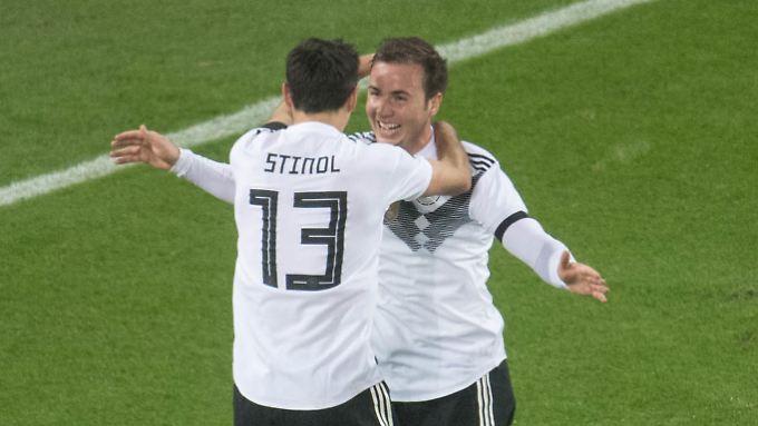 Stindl (l.) und Götze bejubeln den späten Ausgleich gegen Frankreich.