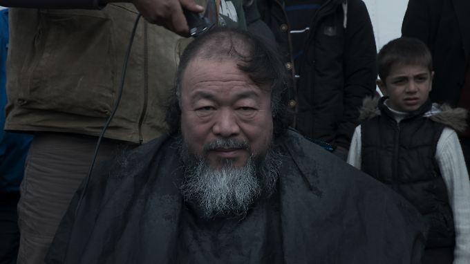 """In """"Human Flow"""" lässt der chinesische Künstler Ai Weiwei sich in einem Flüchtlingslager auch die Haare schneiden."""