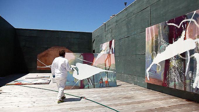 Julian Schnabel mag große Formate - und das Malen im Freien, denn das Licht ist dort so hell und erbarmungslos: Was im Freien bestehen kann, kann es in Innenräumen dann auch, meint er.