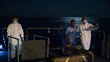 Die Besatzung der Fregatte, mehr als 200 Männer und Frauen, führen die Flüchtlinge auf das Flugdeck.