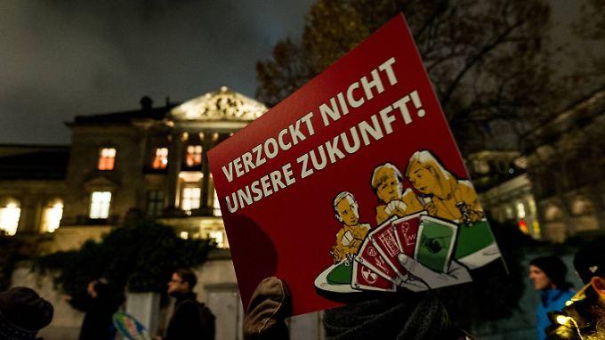 Demonstranten vor dem Gebäude der Parlamentarischen Gesellschaft in Berlin, wo die Gespräche bis heute morgen stattfanden.