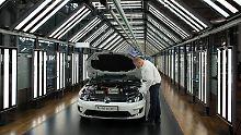 Ein E-Golf wird im Lichttunnel der VW-Gläsernen Manufaktur in Dresden kontrolliert.