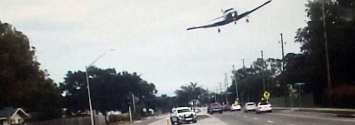 Kaum zu glauben, aber wahr: Flugzeug kracht auf Highway