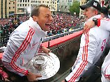 Man kennt sich: Manuel Neuer und Jupp Heynckes feiern am 2. Juni 2013 das Tripple.