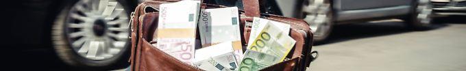 Der Tag: 17:44 Finderin gibt Tasche mit 7000 Euro bei der Polizei ab