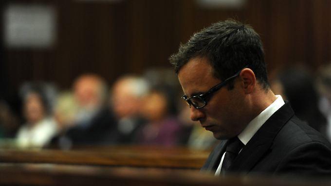 Oscar Pistorius - hier bei einem früheren Gerichtstermin - war bei der Urteilsverkündung nicht anwesend. Er sitzt in Pretoria in Haft.