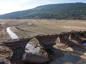 Blick auf eine einst geflutete römische Brücke nahe La Muedra.
