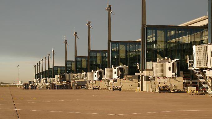 Die Fluggastbrücken sind fertig - fehlen nur noch die Flugzeuge, die am BER starten und landen.