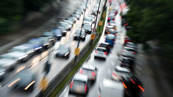 Der Verkehr staut sich am regelmäßig auf dem Mittleren Ring B2R in München.