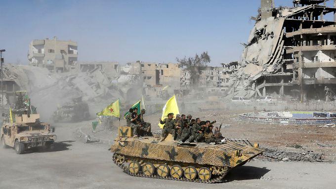 Kämfer der Syrischen Demokratischen Kräfte (SDF) feiern ihre Erfolge gegen den selbsternannten Islamischen Staat (IS).